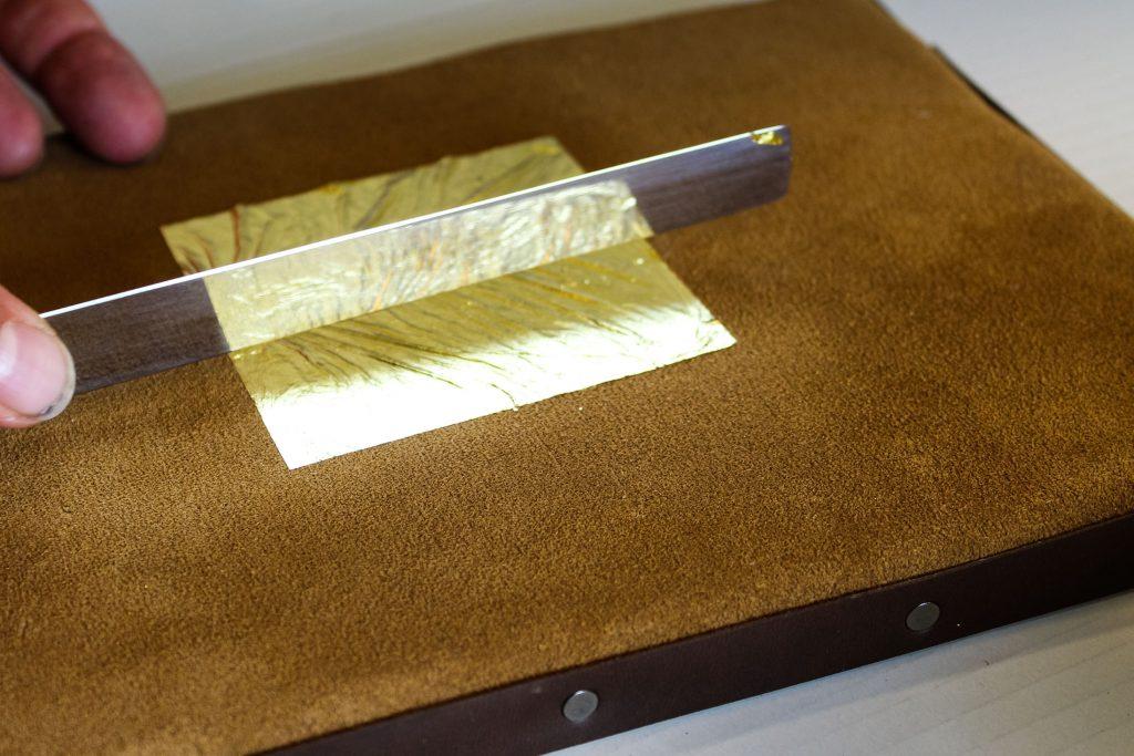 lavorazione cornice in foglia d' oro